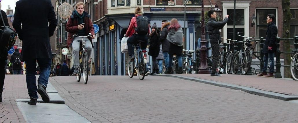Fietsen in Amsterdam kan gevaarlijk zijn voor het gebit fietser fietsers aangereden schade schadevergoeding letselschade